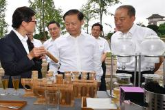 省委书记彭清华到四川蒙顶山茶业公司调研茶旅融合发展情况